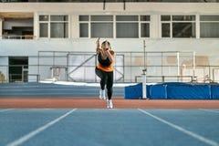 Sportive белокурая тренировка женщины на крытом стадионе стоковая фотография