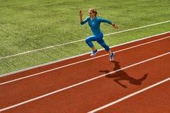 Sportive белокурая тренировка женщины на открытом стадионе стоковые фотографии rf