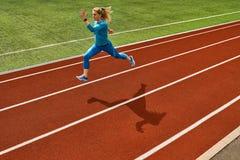 Sportive белокурая тренировка женщины на открытом стадионе стоковые фото