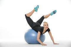 Sportive блондинка лежит на fitball стоковое фото