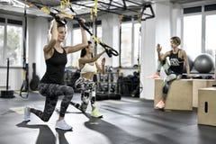 Sportive девушки тренируя в спортзале Стоковая Фотография RF