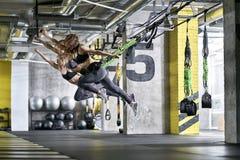 Sportive девушки тренируя в спортзале Стоковое Фото