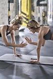 Sportive девушки тренируя в спортзале Стоковые Изображения RF