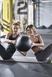 Sportive девушки тренируя в спортзале Стоковые Фотографии RF