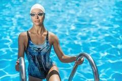 Sportive девушка в бассейне заплыва Стоковое Фото