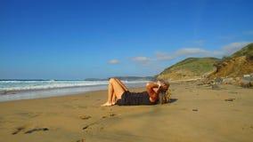 Sportive женщина делая exersises на пляже