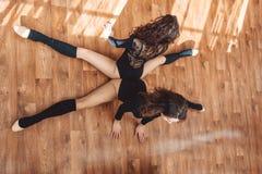 2 sportive женщины делая протягивающ тренировку Стоковая Фотография