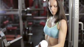 Sportive молодая женщина делая тренировку с штангой акции видеоматериалы