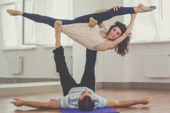 Sportive пары делают йогу внутри помещения Стоковая Фотография