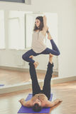 Sportive пары делают acro-йогу внутри помещения Стоковые Фотографии RF