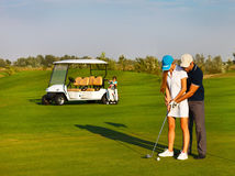 Sportive счастливая семья играя гольф Стоковая Фотография RF