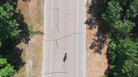 Sportive тонкий мотивированный женский бегун практикует в зеленом парке города Взгляд сверху трутня маленькой девочки в розовом s видеоматериал