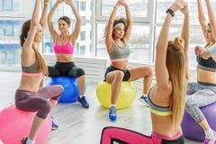Sportive усмехаясь женщины в фитнес-клубе Стоковые Изображения