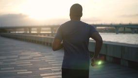 Sportive, actice, młody człowiek w wolnym mo robi joggong zdjęcie wideo