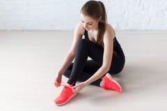 Sportive aktywni dziewczyny sznurowania trenerów sportów buty Zdjęcia Stock