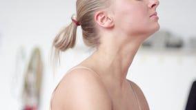 Sportive attraktive Blondine stehen Erweiterungsrückseite des beines des Barre oben hinten bereit stock video