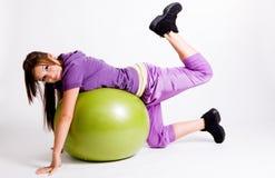 Sportive avec une bille de forme physique Photos stock