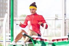 Sportive caucasienne dans l'équipement professionnel ayant des exercices d'entraînement image libre de droits