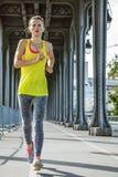 Sportive courant sur le pont de Pont de BIR-Hakeim à Paris Photo libre de droits