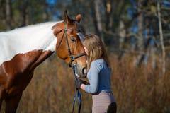 Sportive de fille et son cheval au printemps Photographie stock