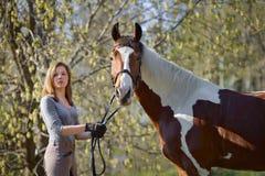 Sportive de fille et son cheval au printemps Images libres de droits