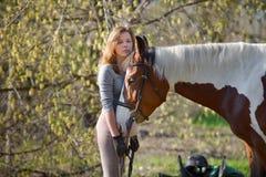 Sportive de fille et son cheval au printemps Photo libre de droits