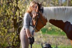 Sportive de fille et son cheval au printemps Photo stock