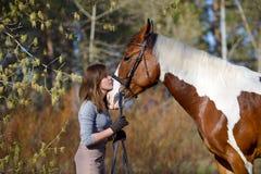 Sportive de fille et son cheval au printemps Photos stock