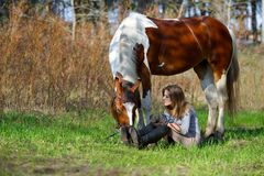 Sportive de fille et son cheval au printemps Photos stock