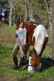 Sportive de fille et son cheval au printemps Photos libres de droits