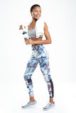 Sportive de sourire d'afro-américain tenant et tenant la bouteille de l'eau Photos libres de droits