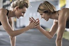 Sportive dziewczyny trenuje w gym obrazy stock