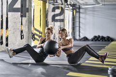 Sportive dziewczyny trenuje w gym obraz royalty free