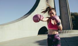 Sportive faisant la boxe fonctionnant dehors photos libres de droits