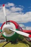 Sportive flygplan YAK-52 på skärm under flygsporthändelse Arkivbilder