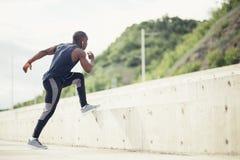 Sportive jogga för löpare för manutbildning utomhus -, livsstil och sportbegrepp royaltyfri foto