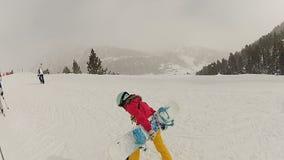 Sportive junge Frau, die schweren Snowboard zur Bergspitze, Winterurlaube trägt stock video