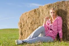 Sportive junge Frau entspannen sich durch Ballensonnenuntergang Lizenzfreie Stockfotos