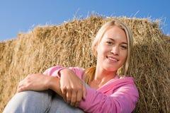 Sportive junge Frau entspannen sich durch Ballensonnenuntergang Stockbild