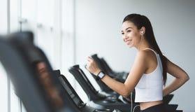 Sportive kobieta ćwiczy na karuzeli w gym obrazy stock