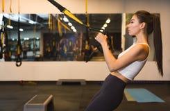 Sportive kobieta ćwiczy z trx gym wyposażeniem zdjęcie stock