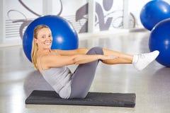 Sportive kobieta robi gimnastykom Zdjęcie Stock