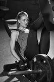 Sportive kobieta używa ciężary naciska maszynę dla nóg siłownia Obrazy Stock