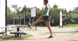 Sportive kobiety rozciąganie w parku zbiory wideo