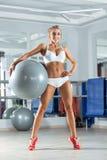 Sportive kvinna med bollen i idrottshallen Royaltyfri Fotografi