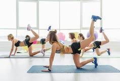 Sportive Mädchen im hellen Raum Stockfoto