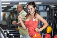 Sportive mężczyzna i kobieta jogging karuzelę Obrazy Stock