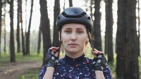 Sportive młoda dziewczyna jest ubranym czarnego hełm jedzie zanim rowerowy Jest ubranym błękitnego bydło Kolarstwa poj?cie zbiory wideo