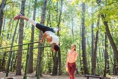 Sportive Paare, die Training Turnhalle in der im Freien tun Lizenzfreie Stockbilder