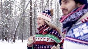 Sportive par som joggar i vinterskogen arkivfilmer